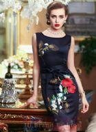 มาร์โคเบอร์  เดรสใส่ออกงานแขนกุด ผ้าเครปซาตินสี midnight blue ปักลายดอกไม้กุหลาบแดงแนว Oriental งานปักปราณีตสวยหรู พร้อมสาย obi รัดเอว Black Sleeveless Embroidered Belt Dress มาใหม่พร้อมส่ง 2 ไซส์ uk10 กับ uk16