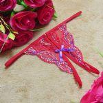 กางเกงในจีสตริงเปิดเป้า้ลายลูกไม้สีแดงลายดอกม่วง ประดับโบว์ด้านหน้าสีม่วง