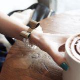 สร้อยข้อมือมุกเม็ดโตประดับโบว์ทองสนิม