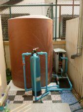 ติดตั้งถังเก็บน้ำ และถังกรอง Fiber Grass สำหรับดักจับ คลอรีน ในเส้นท่อ ก่อนเข้าใช้งานในบ้าน