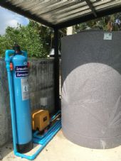 ติดตั้งถังเก็บน้ำ และถังกรอง Fiber Grass สำหรับดักตระกรัน + กลิ่นในเส้นท่อ ก่อนเข้าใช้งานในบ้าน