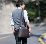 แฟชั่นผู้ชายพร้อมส่ง : กระเป๋าสะพาย casual ลายตาราง