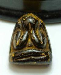 พระปิดตาเนื้อผงคลุกรักทาทอง หลวงพ่อแก้ว วัดเครือวัลย์ พิมพ์ใหญ่หลังแบบ จ.ชลบุรี No.2064