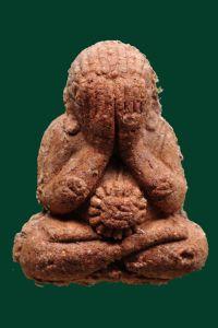 พระปิดตาหลวงปู่หมุน (เนื้อแดง) เนื้อผงหว่าน 108 (ฝังตะกรุดเงินใต้ฐาน) No.2421