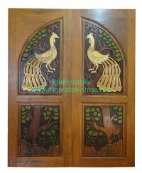 ประตูไม้สัก โค้งนกยูงล่างต้นไม้
