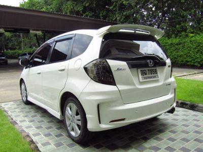 HONDA JAZZ 1.5SV i-VTEC สีขาว ปี 2011