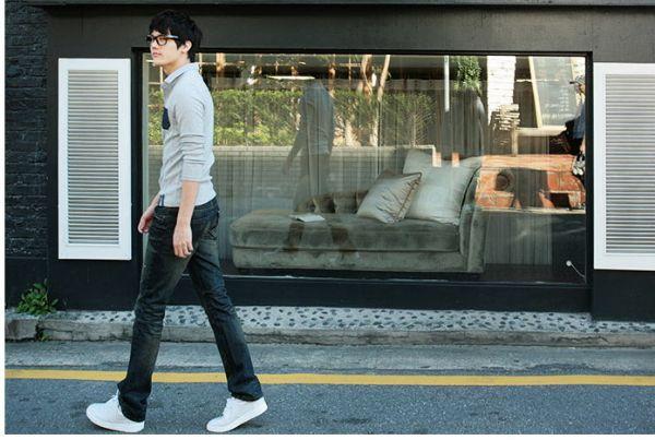 เสื้อผ้าผู้ชาย : เสื้อเทาแขนยาวแต่งสาบกระเป๋าสีน้ำเงิน
