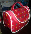 กระเป๋าเครื่องสำอางค์ซาติลแต่งลายสดใสสวยงาม เนื้อผ้าลักษณะมันเงาแต่งหวายเข้าทรง