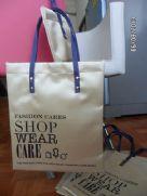 กระเป๋าผ้าซาติลหูผ้าในตัวเดินเส้นแต่งลายสกรีนและตอกกระดุมสวยงาม มีสินค้าเลย 100ใบ สีทอง ขาว