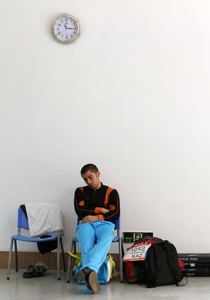 นักกีฬาคาซัคสถานนัั่งงีบเอาแรงก่อนลงแข่งยิงปืน