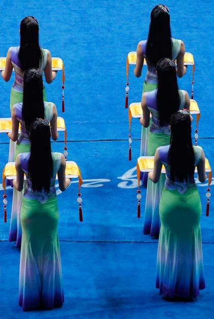 บรรดาสาวงามชาวจีนทำหน้าที่เชิญเหรียญรางวัล มองข้างหลังนึกว่าฝาแฝด