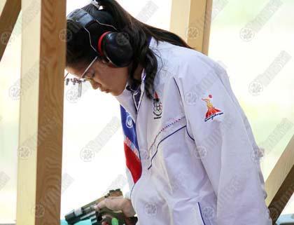 ธันยพร พฤกษากร นักแม่นปืนสาวทีมชาติไทย ตั้งสมาธิก่อนยิงในประเภทปืนสั้นอัดลมมาตรฐาน รอบคัดเลือก